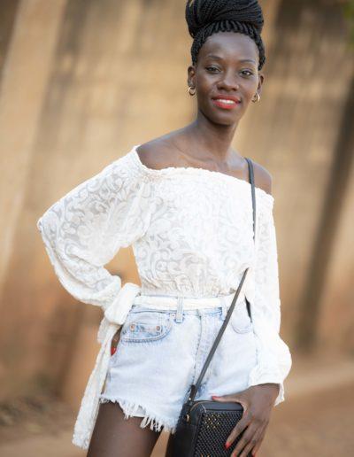 Modell med clutch fra 4Africa x Nina Jarebrink