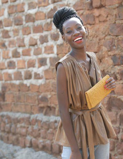Modell med gul clutch fra 4Africa